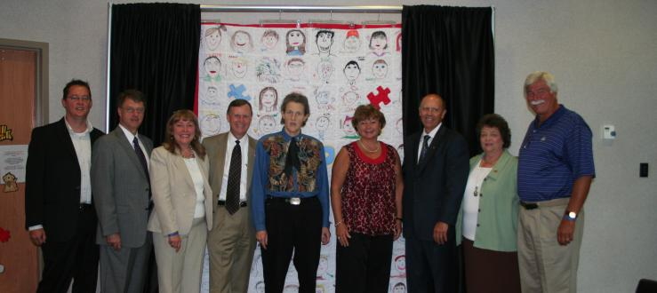 Temple Grandin and KAP/WKU representatives in front of KAP quilt