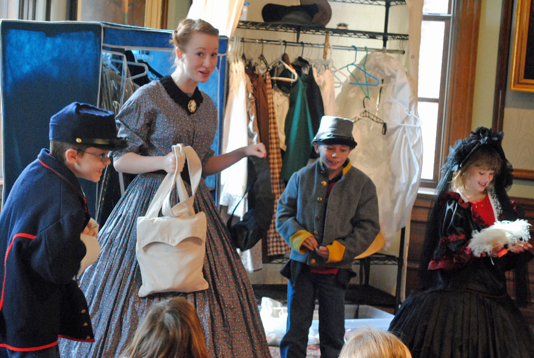 Field tripers trying on civil war era clothing