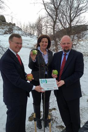 """A plaque for the apple """"Tree of Change"""" was presented at UNAK."""